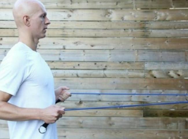 کشش عضلات کتف به کمک طناب ورزشی